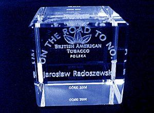 Imiennie dedykowana szklana statuetka nagroda firmowa