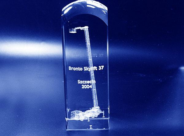 Prezent firmowy statuetka szklana z grawerem 3d wysięgnik koszowy