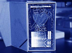 Szklana statuetka nagroda wojewody świetkorzyskiego - widok z pudełkiem