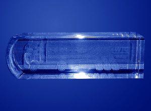 Samocód ciężarowy TIR w szklanej statuetce