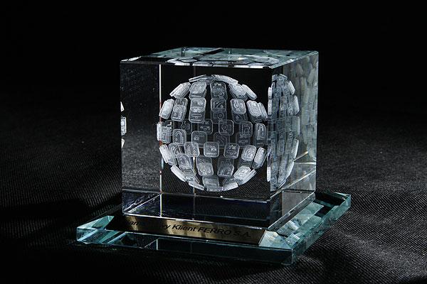 Szklana statuetka na podstawce z grawerowaną dedykacją
