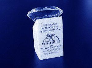 Statuetka diament na podstawce z grawerowaną dedykacja - widok z tyłu