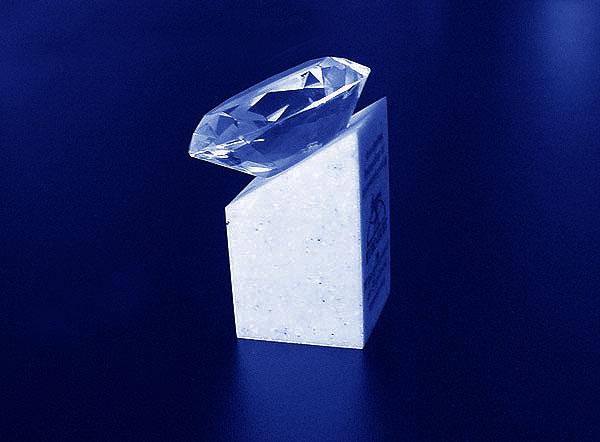Statuetka diament na podstawce z grawerowaną dedykacja - widok z boku