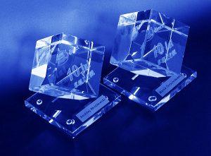 Szklane statuetki na uroczystosć 10-lecia firmy