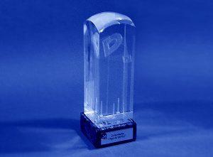 Statuetka szklana na podstawce z grawerowaną tabliczką dedykacyjną