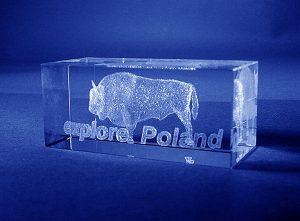 Szklana statuetka pamiątkowa z charakterystycznym dla Polski symbolem