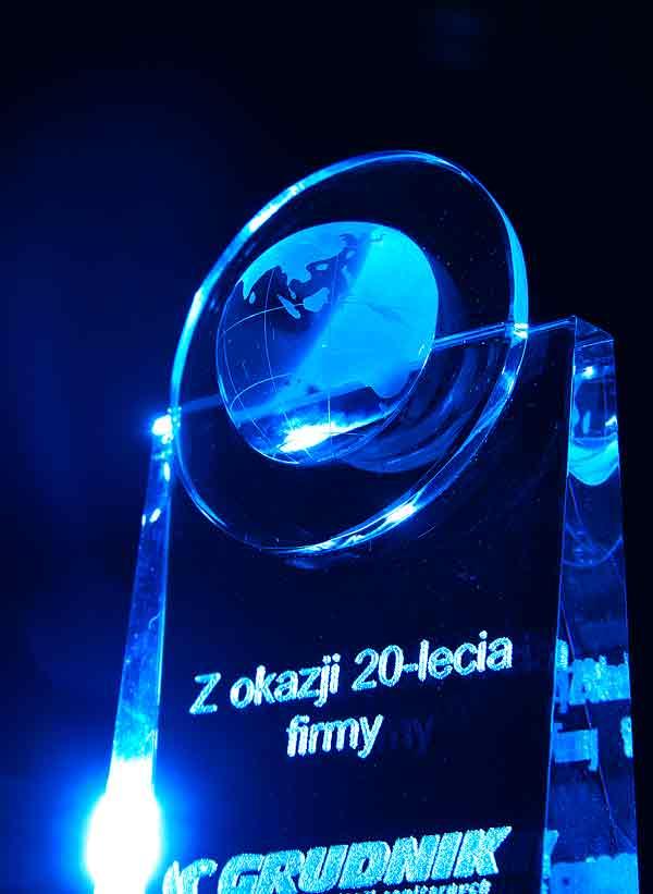 Szklana statuetka grawerowana - podziękowanie z okazji jubileuszu firmowego
