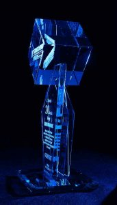 Statuetka szklana z okazji rocznicy jubileuszu firmy - widok z boku