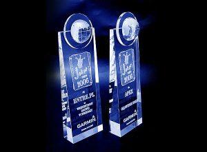 Szklane statuetki grawerowane w 3d nagrody dla partnerów handlowych