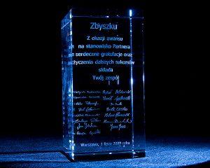 Szklana statuetka gratulacyjna z okazji awansu - grawerowanie 3d