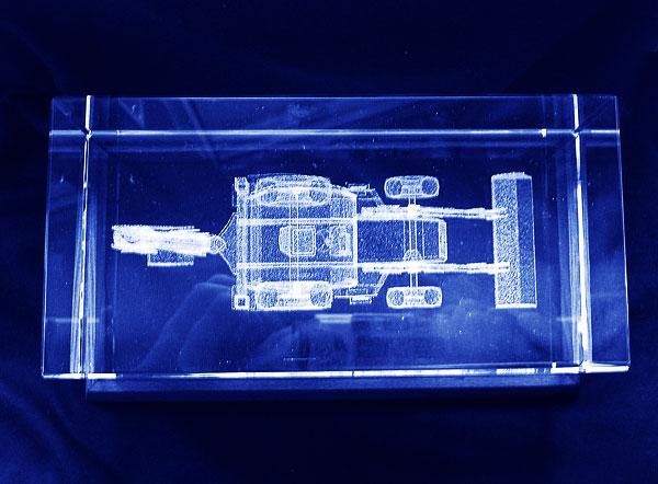 Ładowarko koparka grawerowanie 3d w szklanej statuetce widok z góry