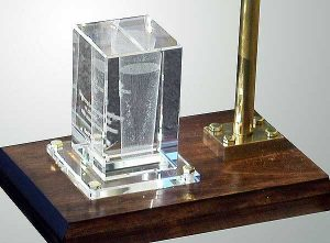 Szklana statuetka z wygrawerowaną wewnątrz szklanką piwa