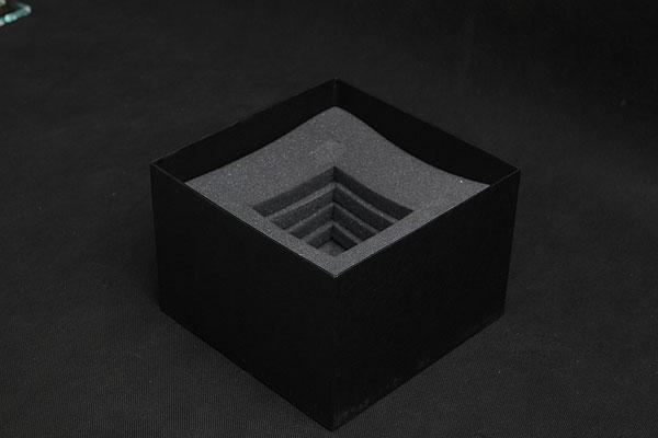 Wypełnienie pudełka gąbką dopasowaną do kształtu statuetki