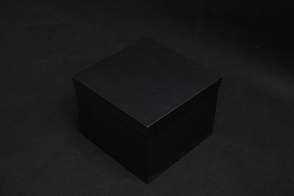 Czarne kartonowe pudełko na szklaną statuetkę