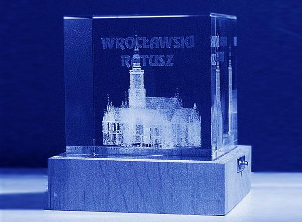 Pamiątka z Wrocławia - Wrocławski Ratusz w szklanej statuetce