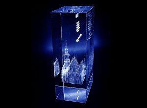 Ratusz Wrocławski w szklanej statuetce prezent regionalny - widok z boku