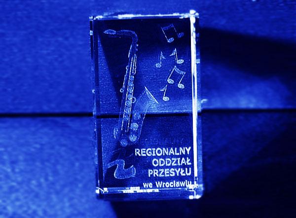 Szklana statuetka z saksofonem pamiątka firmowa
