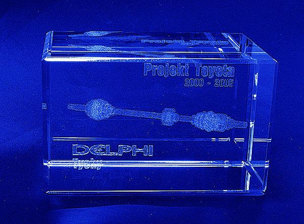 Pamiątka współpracy między firmami - szklana statuetka