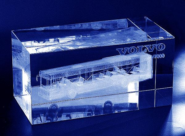 Autobus grawerowany trójwymiarowo w szklanej statuetce