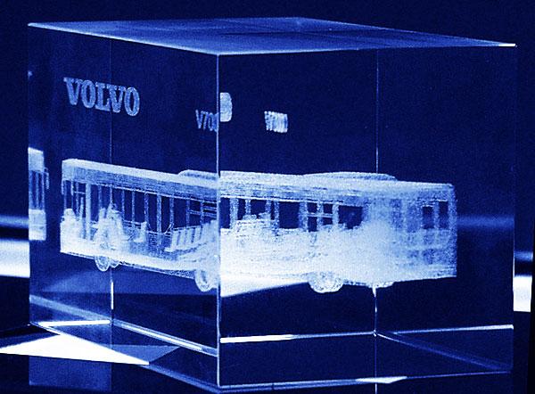 Szklana statuetka z autobusem grawerowanym w trzech wymiarach