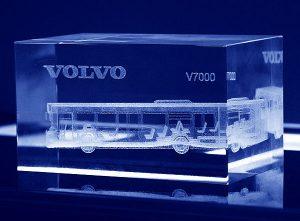 Autobus wygrawerowany wewnątrz w szklanej statuetce
