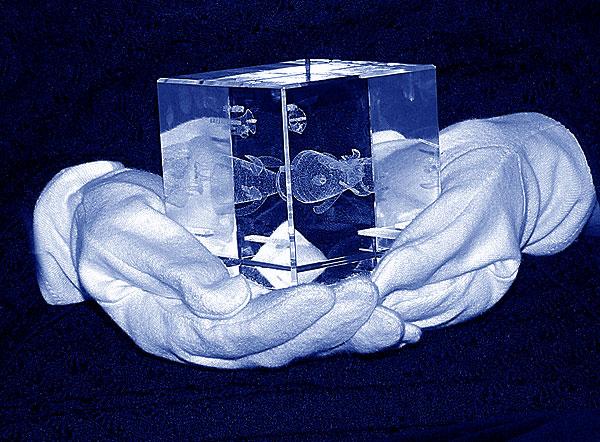 Szklana statuetka na licytację 14 finał WOŚP