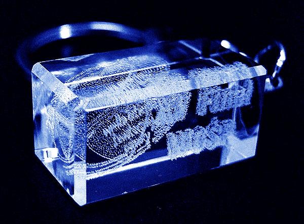 Szklana zawieszka do kluczy widok z boku