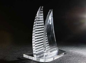 Statuetka sportowa nagroda w regatach żeglarskich widok z przodu