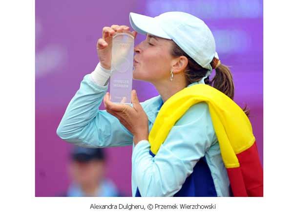 Zdjęcie wręczenia statuetki nagrody w turnieju tenisowym kobiet